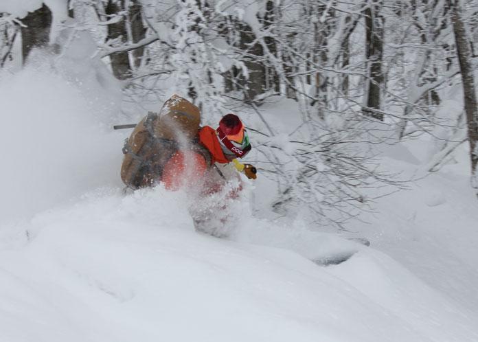 Guide Chu Hei skiing powder in Hakkoda